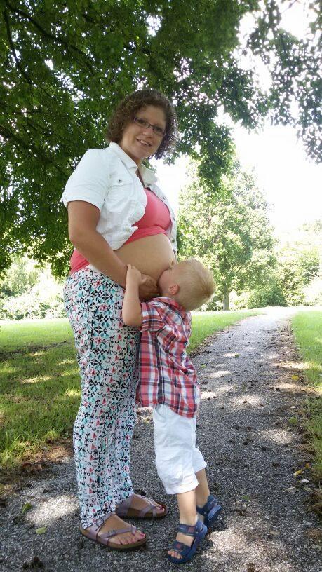 Hier 26 weken zwanger. (nu ruim 30) grote broer Jelte kan nu al bijna niet wachten om zijn broertje of zusje te knuffelen. Knuffelt daarom dagelijks mijn buik vast even!