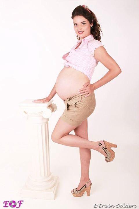 Deze foto is bij week 36 gemaakt. Zelf deed ik altijd modellen/promotiewerk maar als je eenmaal zwanger bent word dat minder en worden het zwangerschaps foto's. Maar we wilden geen standard zwangerschaps foto's, dus hebben we hiervoor gekozen! Is een keer wat anders.